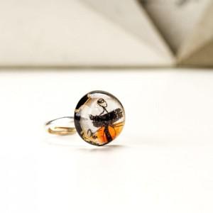 Pierścionek artystyczny ręcznie malowany z pomarańczowym  oczkiem i złotymi płatkami 2