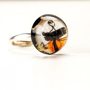 Pierścionek artystyczny ręcznie malowany z pomarańczowym  oczkiem i złotymi płatkami 1