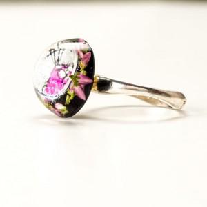 Pierścionek artystyczny ręcznie malowany z różowym oczkiem i prawdziwymi  kwiatuszkami wrzosu 2