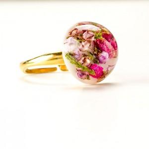 Pierścionek pozłacany artystyczny z żywicy z prawdziwymi roślinami różowym wrzosem i zieloną rośliną 3