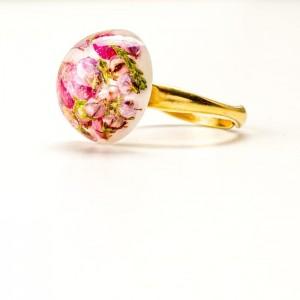 Pierścionek pozłacany artystyczny z żywicy z prawdziwymi roślinami różowym wrzosem i zieloną rośliną 2