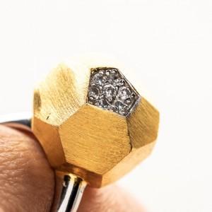 Pierścionek srebrny geometryczny z cyrkoniami.