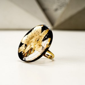 Duży pierścionek artystyczny czarno złoty 2