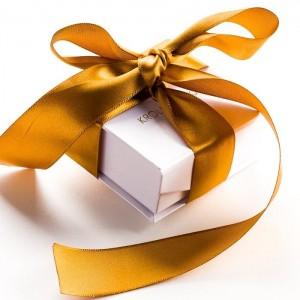 Biżuteria zapakowana w dekoracyjne pudełko ze złotą wstążką 443