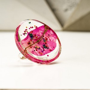 Pierścionek artystyczny z dużym różowym oczkiem z prawdziwym kwiatem zatopionym w żywicy 1