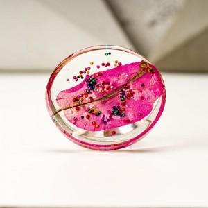 Pierścionek artystyczny z dużym różowym oczkiem z prawdziwym kwiatem zatopionym w żywicy 2