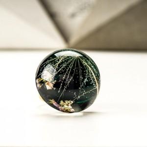 Pierścionek artystyczny pozłacany z czarnym oczkiem i prawdziwym dmuchawcem i wrzosem 2