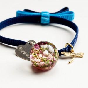 Bransoletka z grawerem damska na granatowej wstążce z kokardą z prawdziwymi kwiatkami różowego wrzosu