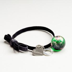 Czarna bransoletka z grawerem dla dziewczyny z kokardą i zieloną zawieszką   2
