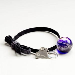 Czarna bransoletka na gumce z kokardą grawerowana z serduszkiem z fioletową zawieszką 2