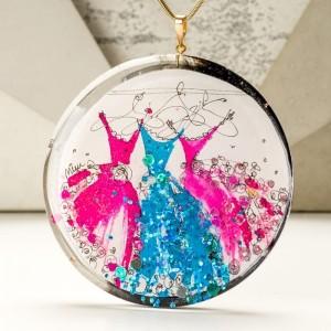 Duży naszyjnik artystyczny z ręcznie namalowanymi turkusową i różowymi sukniami 1