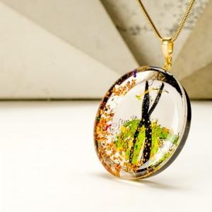 Zielony naszyjnik z imieniem na pozłacanym łańcuszku ręcznie malowany ze złotymi płatkami 2