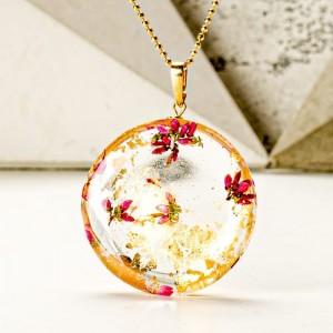 Złoty naszyjnik damski z żywicy na pozłacanym łańcuszku z prawdziwymi różowymi wrzosami z okrągłą zawieszką i złotymi płatkami 1