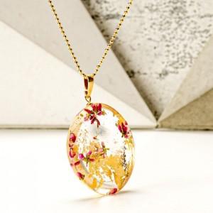 Złoty naszyjnik damski z żywicy na pozłacanym łańcuszku z prawdziwymi różowymi wrzosami z okrągłą zawieszką i złotymi płatkami 2
