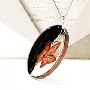 Naszyjnik z żywicy z prawdziwym kwiatem na srebrnym łańcuszku 1
