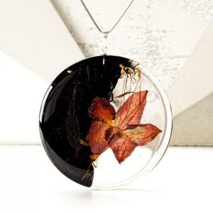 Naszyjnik z żywicy z prawdziwym kwiatem na srebrnym łańcuszku 2