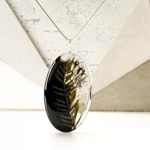 Srebrny naszyjnik z żywicy z dużą owalną zawieszką z prawdziwą zieloną rośliną 2