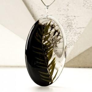 Srebrny naszyjnik z żywicy z dużą owalną zawieszką z prawdziwą zieloną rośliną 1