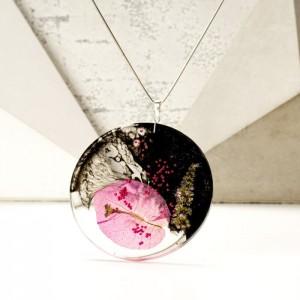 Biżuteria artystyczna, naszyjnik z kwitnącym pnączem bugenwilla na srebrnym łańcuszku.1