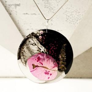 Biżuteria artystyczna, naszyjnik z kwitnącym pnączem bugenwilla na srebrnym łańcuszku.