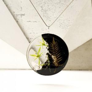 legancki naszyjnik dla dziewczyny z kwiatami na pozłacanym łańcuszku z prawdziwą rośliną.1