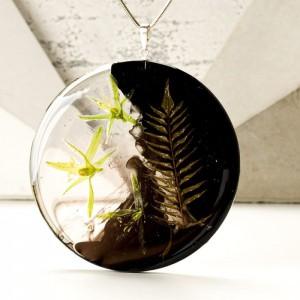 legancki naszyjnik dla dziewczyny z kwiatami na pozłacanym łańcuszku z prawdziwą rośliną.