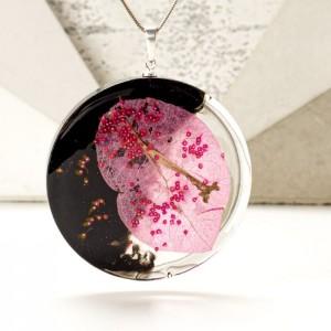 Naszyjnik srebrny z prawdziwym kwiatem bugenwilla.