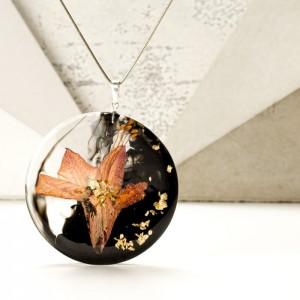 Srebrny naszyjnik z kwiatem i złotymi płatkami na srebrnym łańcuszku.1