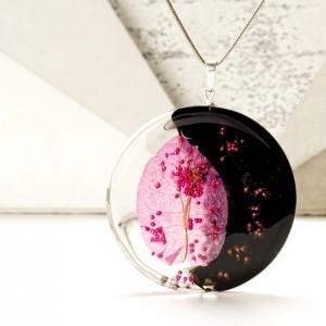 Elegancki naszyjnik z kwiatem Bugenwilli, czarno-złoty na pozłacanym łańcuszku. 1