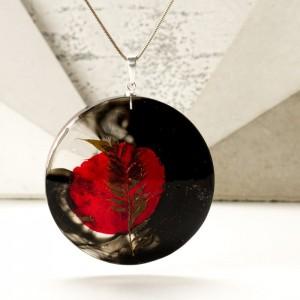 Naszyjnik srebrny artystyczny z dużą czarną okrągłą zawieszką z prawdziwymi roślinami zatopionymi w żywicy 1