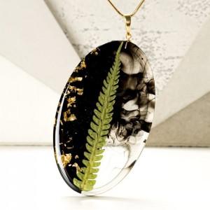 Oryginalny naszyjnik z prawdziwą zieloną paprotką i złotymi płatkami na pozłacanym łańcuszku 1
