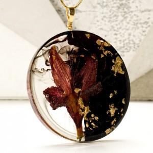 Naszyjnik z kwiatami, płatkami złota czarno-złoty na pozłacanym łańcuszku.