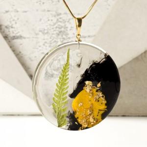 Elegancki naszyjnik z listkiem paproci, płatkiem róży, złotymi płatkami na pozłacanym łańcuszku.1