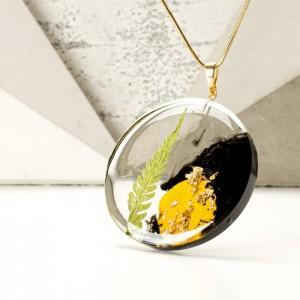 Elegancki naszyjnik z listkiem paproci, płatkiem róży, złotymi płatkami na pozłacanym łańcuszku.2
