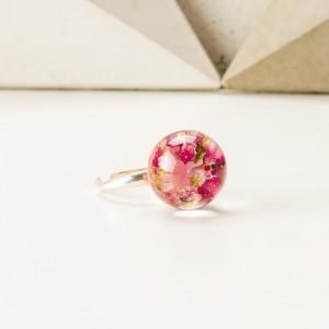Pierścionek artystyczny z prawdziwymi różowymi wrzosami, brokatem i koralikami 2
