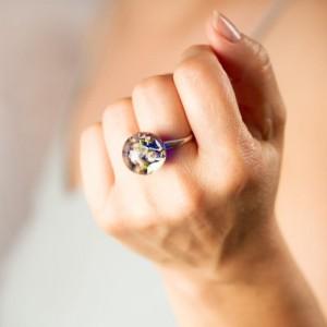 Pierścionek z niebieskim oczkiem z prawdziwymi wrzosami, dmuchawcem i mchem 1