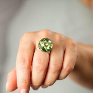 Pierścionek z zielonym oczkiem z żywicy z prawdziwymi białymi wrzosami  1