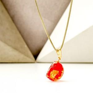 Naszyjnik imienny z płatkami złota i płatkami czerwonej róży