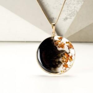 Oliwkowy naszyjnik ręcznie robiony przedstawiający balową suknię 2