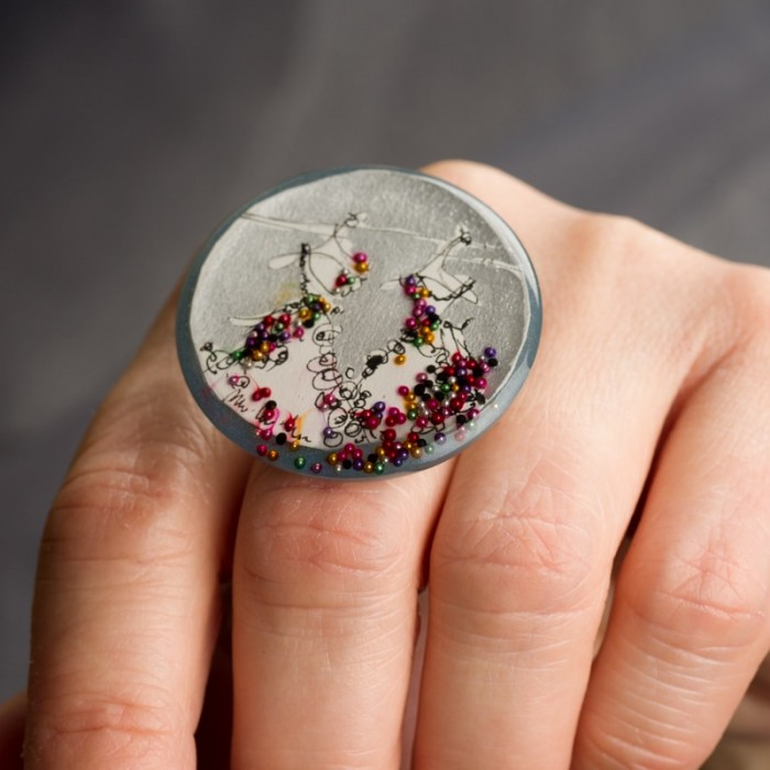 Biżuteria artystyczna ręcznie malowana pierścionek z namalowanymi sukienkami 5